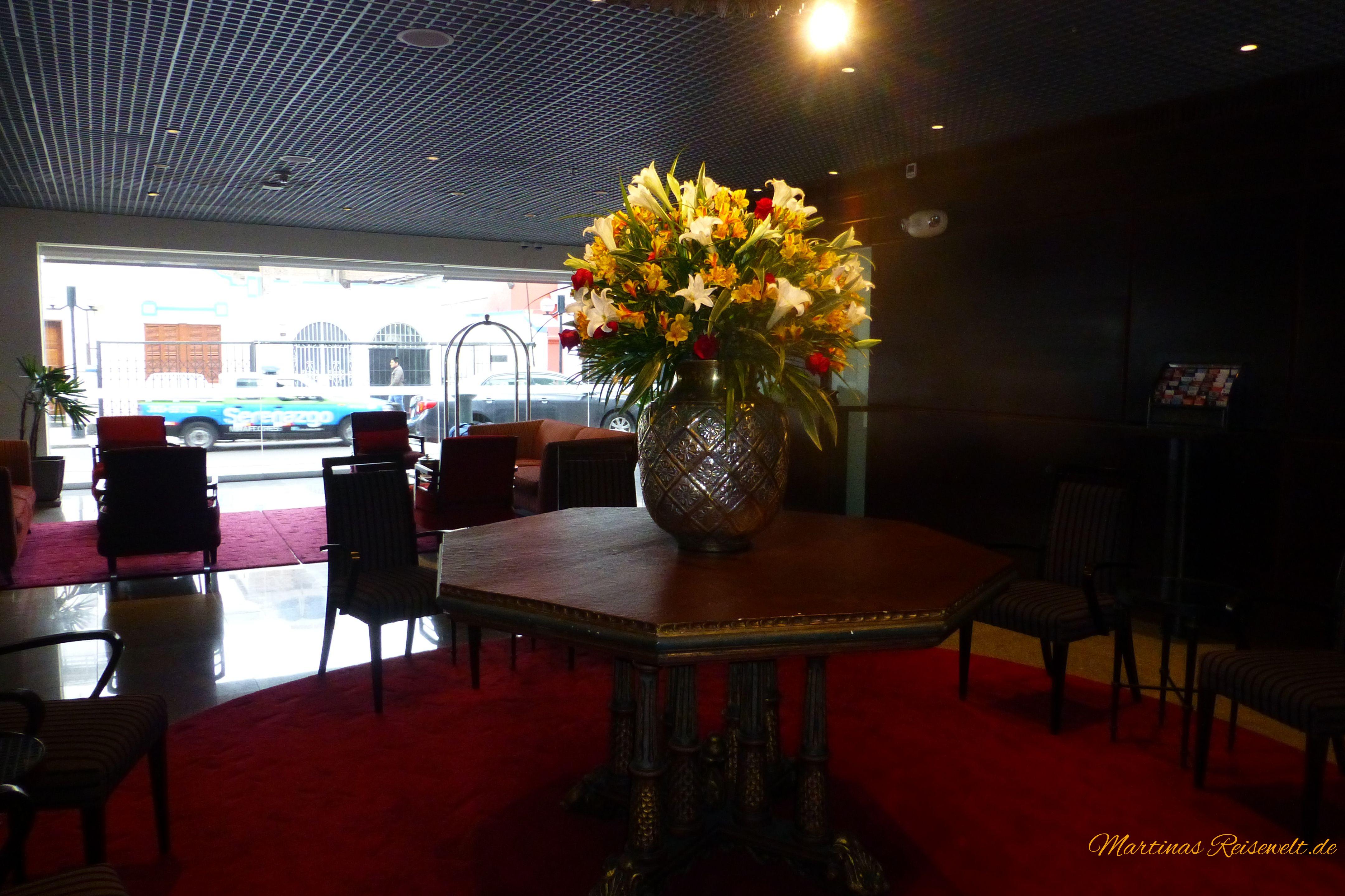Lobby, schöne frische Blumen