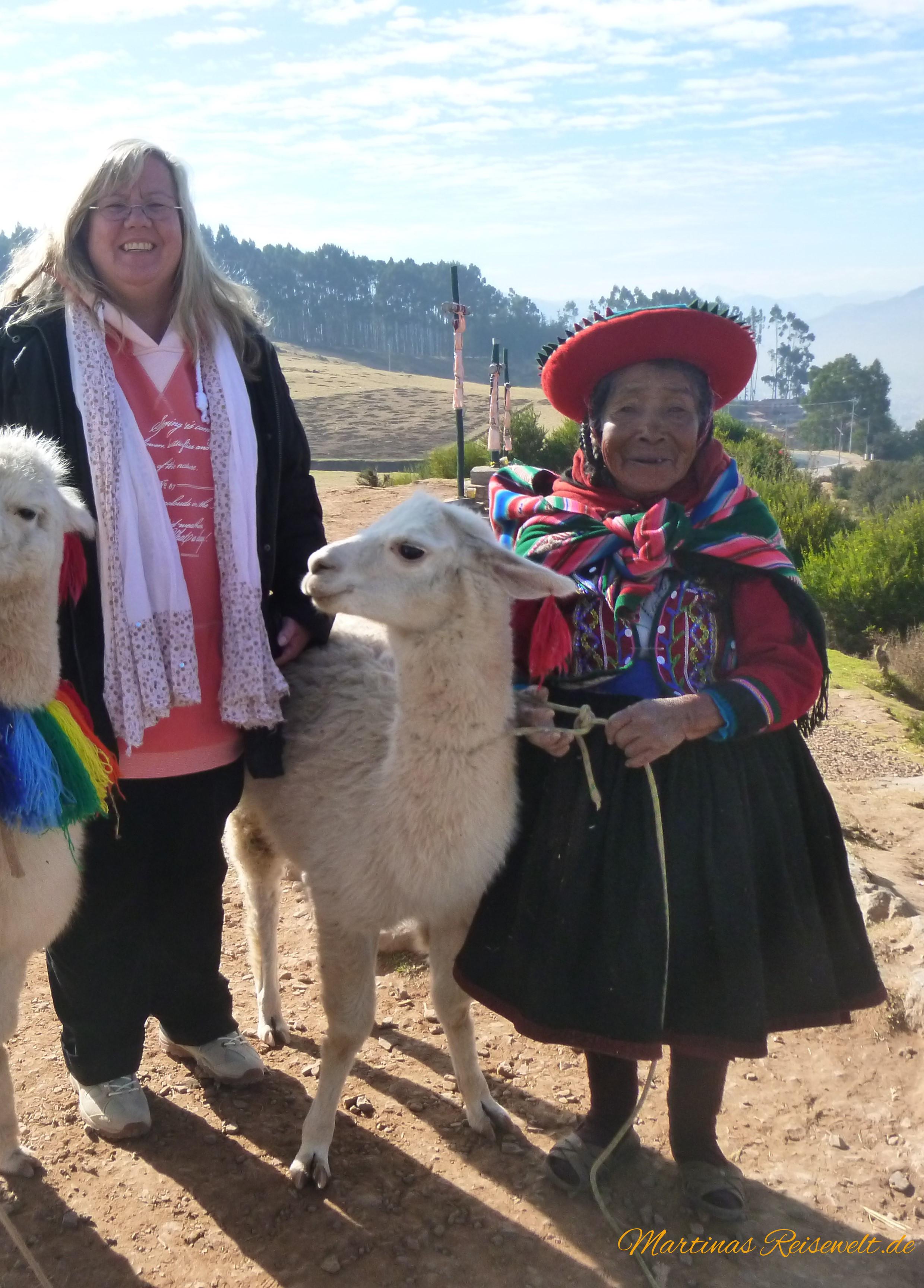 freundliche Indigena mit Lama
