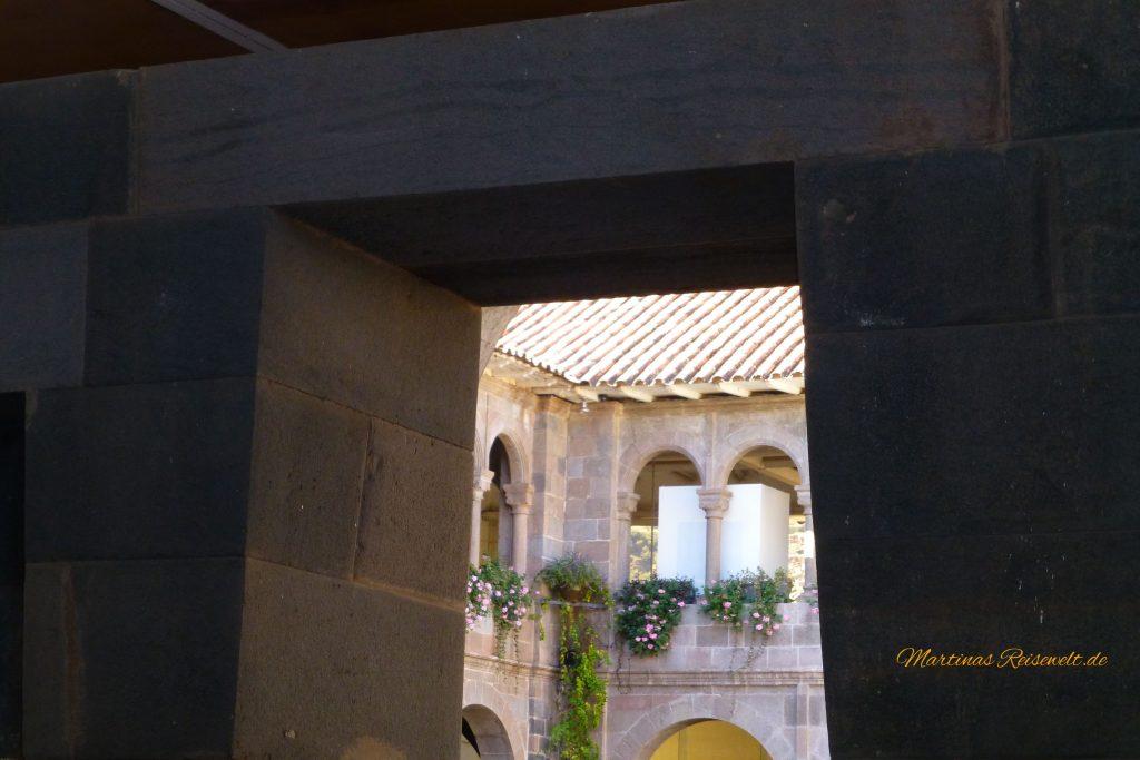Fenster in wuchtigen Inkamauern - erdbebensicher