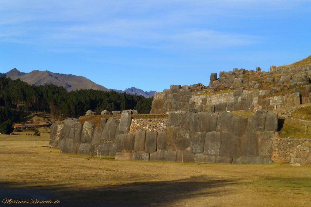Sacsayhuaman - riesige bearbeitete Steine zu Mauern zusammengefügt