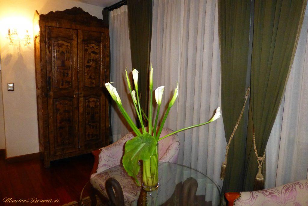 Sitzgelegenheit mit frischen Lilien