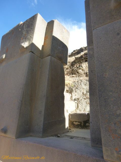 riesige aneinandergefügte Gesteinsblöcke als Teil der Mauer