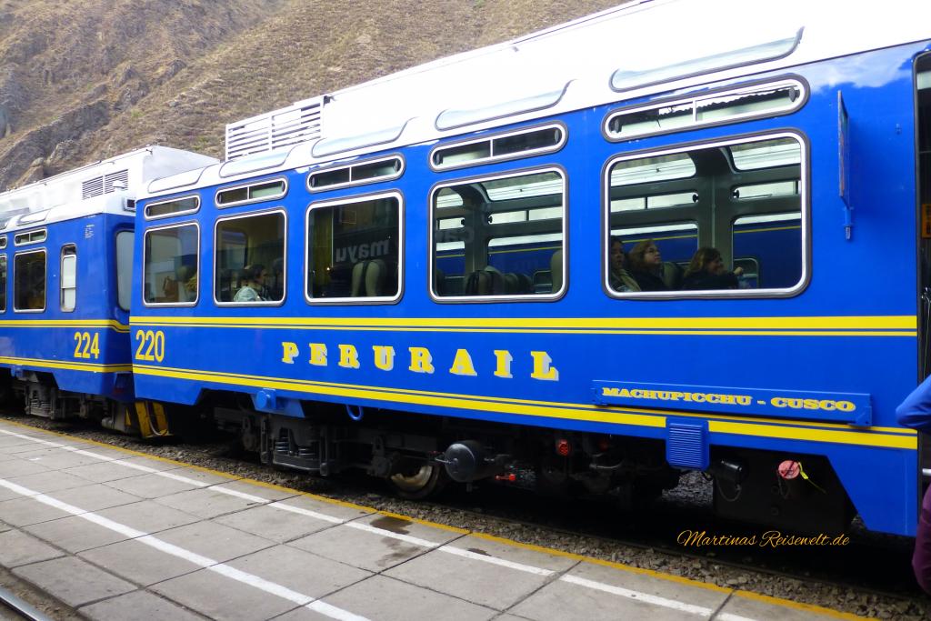 Perurail mit blau gelben Waggons