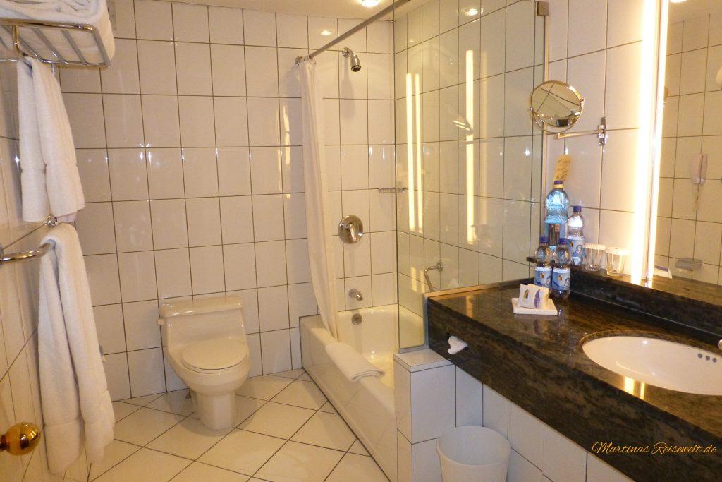 weißes Bad auf Hochglanz poliert