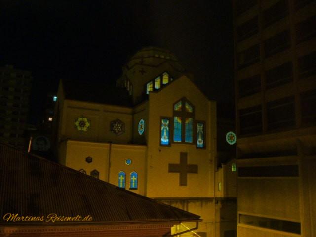 Zimmeraussicht auf die Kirche in der Nebenstraße