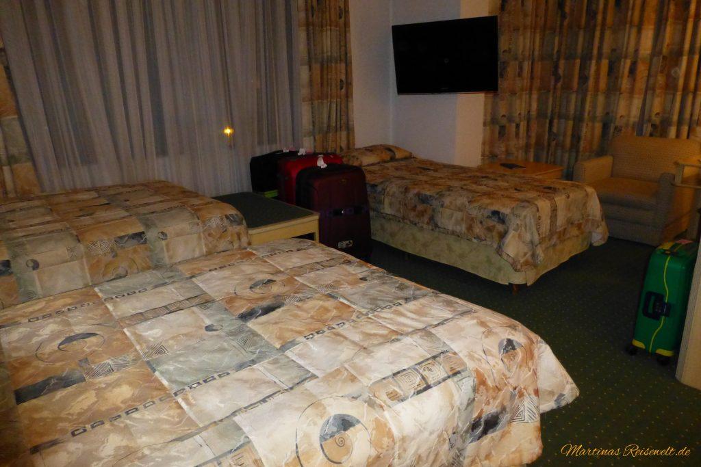 großes Zimmer mit drei bequemen Betten