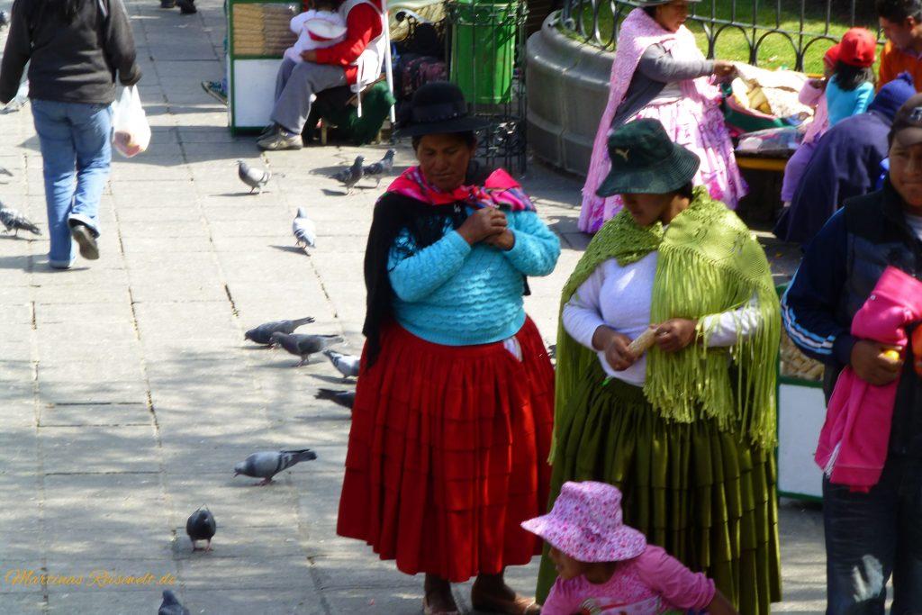 einheimische Frauen in farbenfroher Kleidung