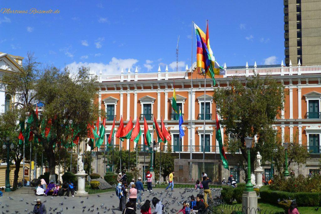 viele Flaggen sind zu sehen