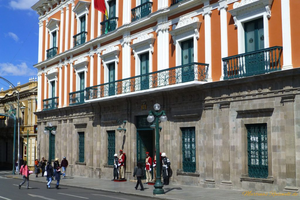 Parlamentsgebäude mit Wachen