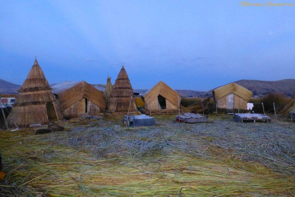 einfache Hütten der Uros