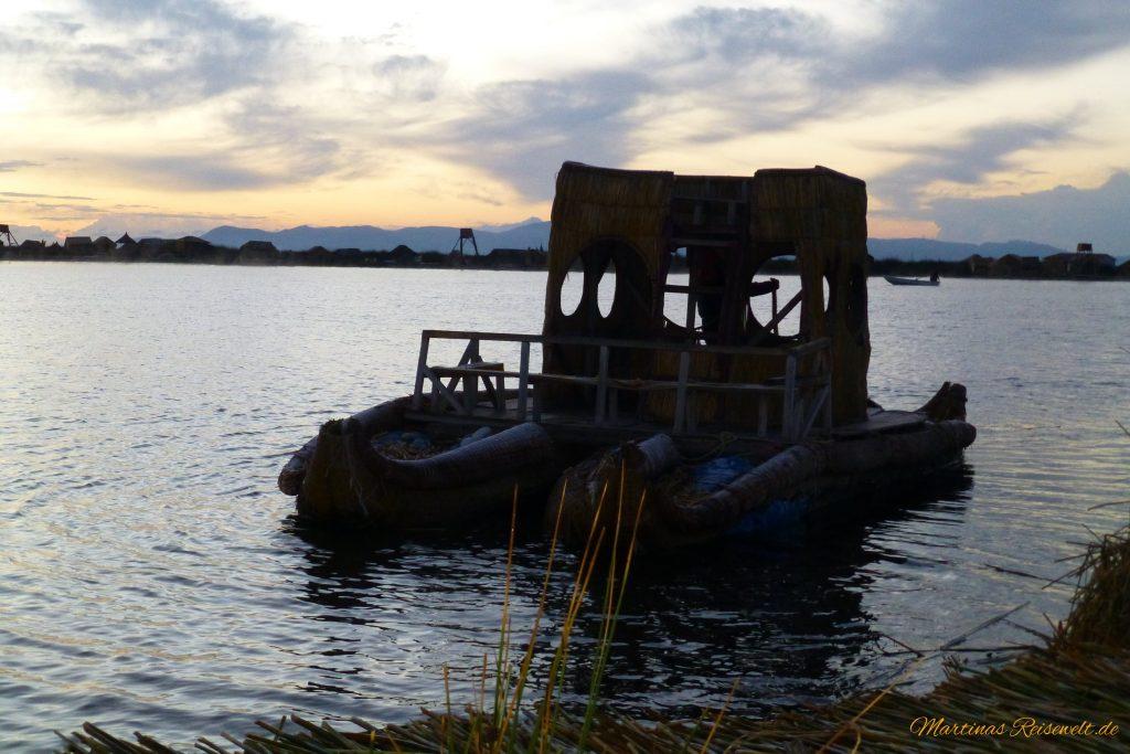 ypisches Schilfboot im Morgengrauen