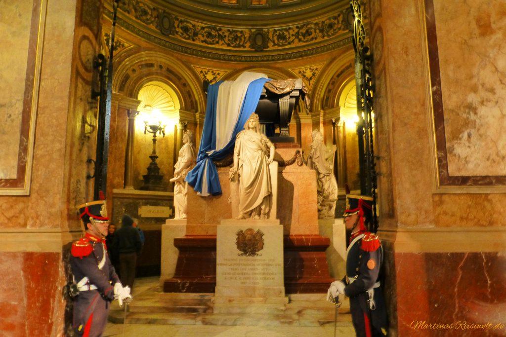 Mausoleum mit Ehrenwache