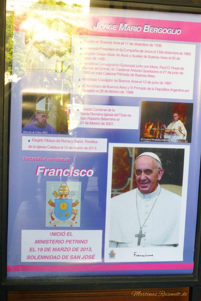 stolzer Hinweis auf den Papst