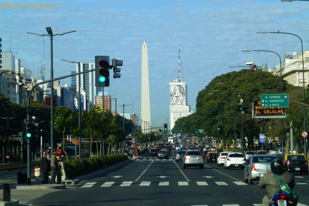 Fahrt auf der Avenida 9 de Julio