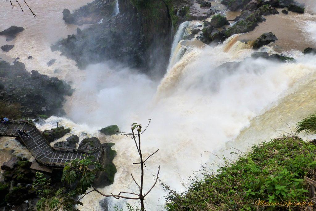 hier könnt ihr sehr gut sehen, wie nah man an die Wasserfälle herankommt