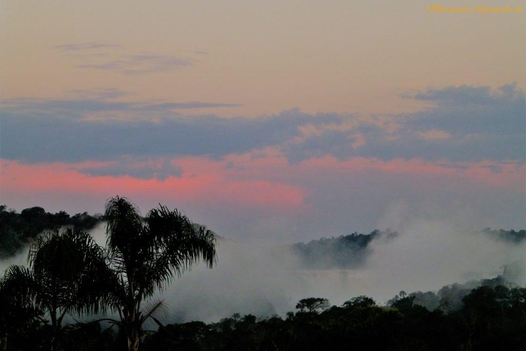 ein zartrosa Himmel und der weiße Sprühnebel der Wasserfälle verabschieden uns