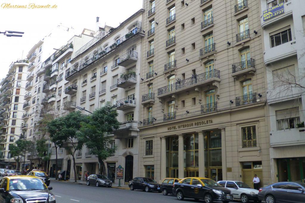 typische Straße in Recoleta mit Blick auf unser Hotel Intersur Recoleta