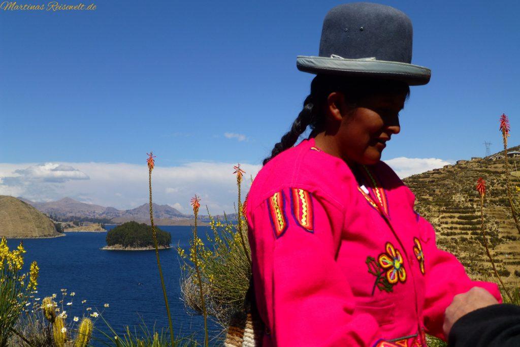 Sonneninsel in traditioneller Kleidung