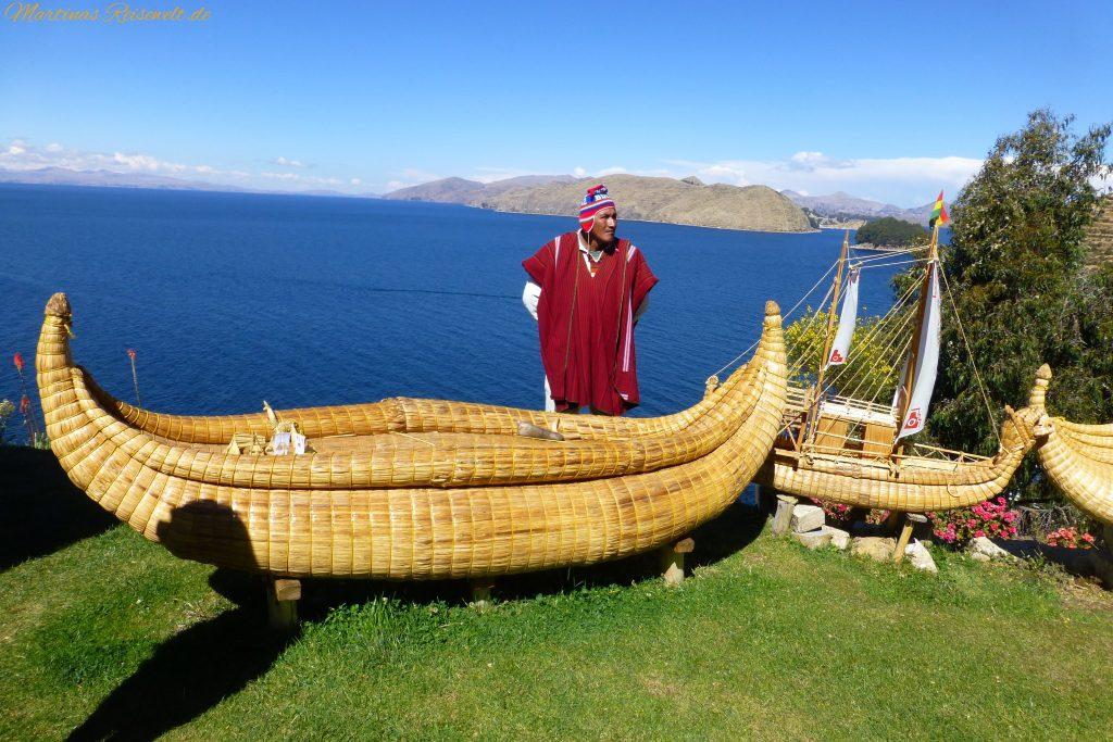 Bewohner der Sonneninsel mit typischem Schilfboot