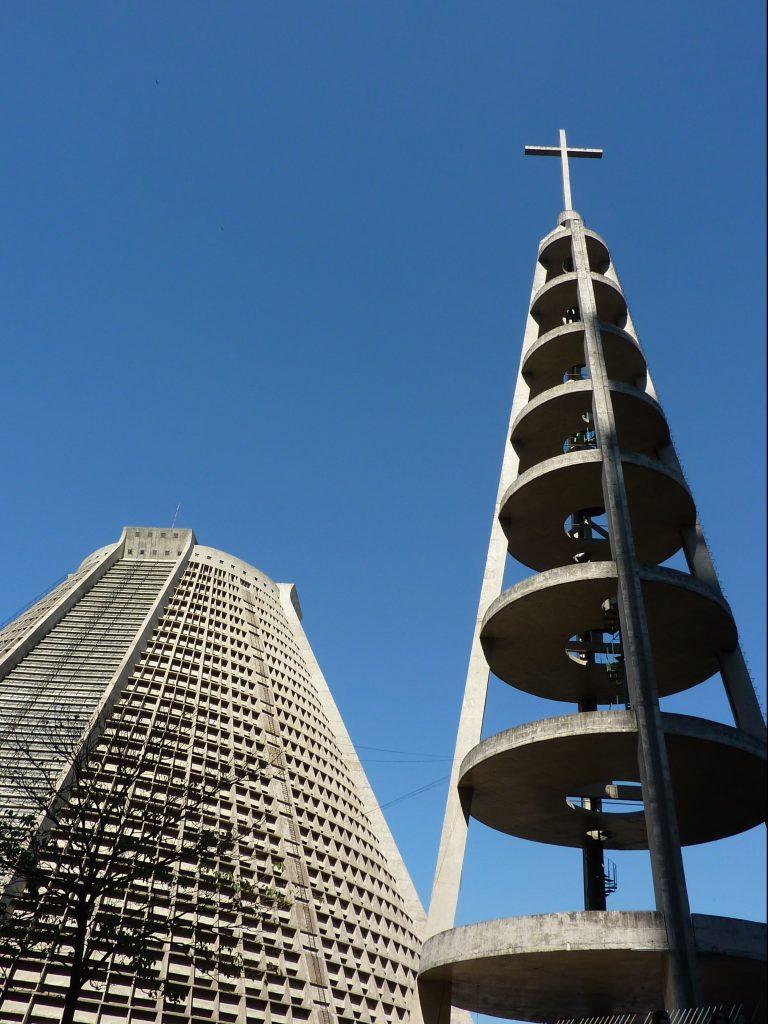 der Glockenturm wirkt fast filigran