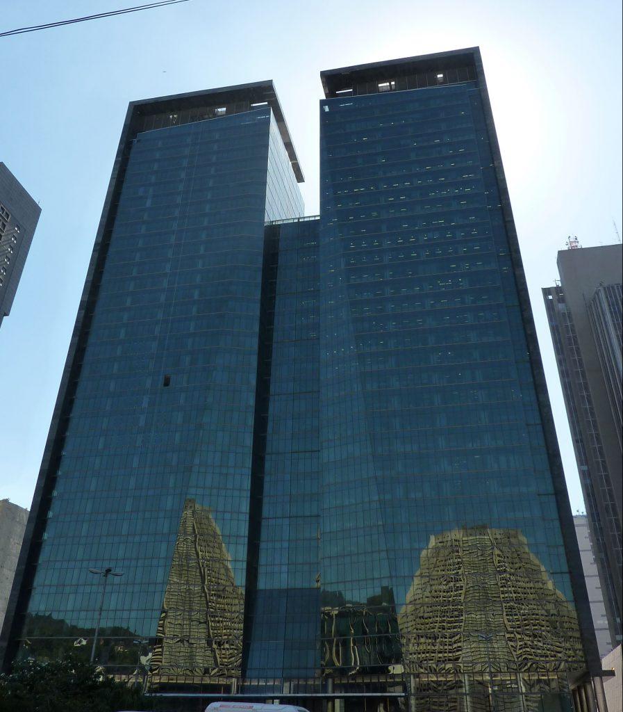 in den Spiegelfassaden der Hochhäuser ist die Kathedrale zu erkennen