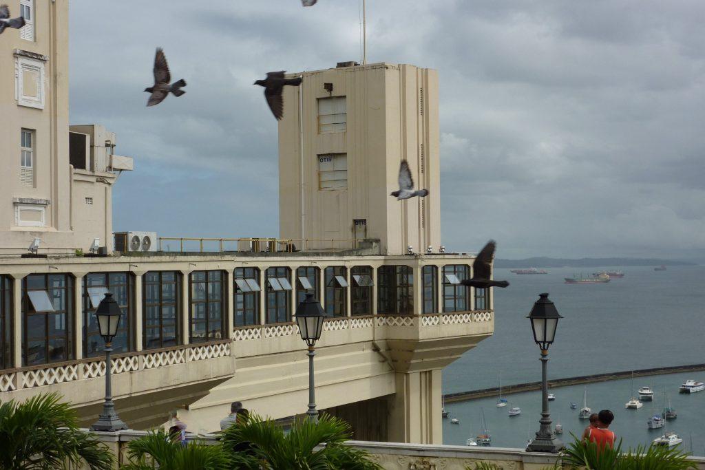 der Elevador Lacerda verbindet die Oberstadt mit der Unterstadt