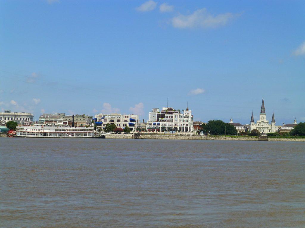 links die Natchez, rechts die St. Louis Kathedrale