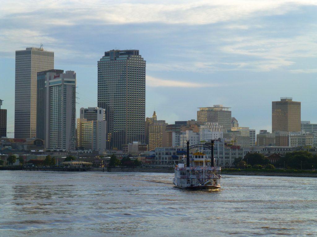 Blick auf die Hochhäuser von New Orleans und unseren kleinen Verfolger, die Creole Queen