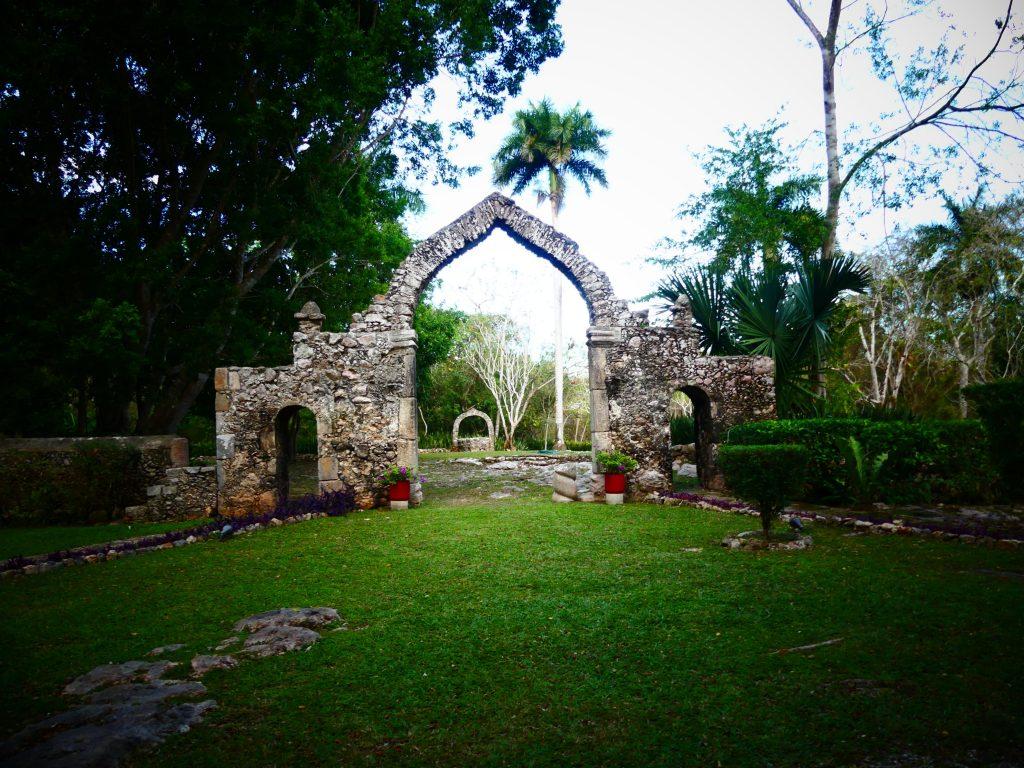 alter Torbogen im Garten