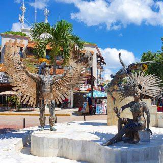 Toller Kreisverkehr in Playa del Carmen. Ich würde sagen, es soll Maya bei einer Zeremonie darstellen. Was meint ihr? . Mehr Infos und Tipps zu Playa del Carmen findet ihr in meinem aktuellen Blogpost unter  https://martinasreisewelt.de/urlaubsziel-mexiko-playa-del-carmen-unternehmungen-und-ausflugstipps  Link in Bio.🙂 . . . #playadelcarmenmexico #rivieramaya #rivieramayamexico #quintanaroo #yucatanpeninsula #mayaculture #maya #mexiko  #ilovemexico #martinasreisewelt