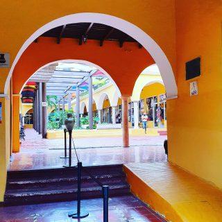Blick in eine kleine Ladenpassage in Valladolid,  Yucatan. 🙂🙂🙂 . . . #valladolidyucatan #valladolid #yucatanpeninsula #yucatanmexico #yucatan #yellow #amarillo #gelb #mexiko #mexico #ilovemexico #instatravel #instagood #martinasreisewelt