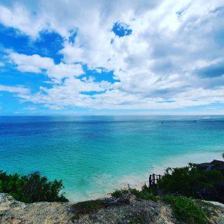 Diese Stelle ist als historischer Aussichtspunkt gekennzeichnet. Die Sicht auf das Meer ist traumhaft. 😍😍😍 . . . #tulummexico #tulum #tulumruins #mayaculture #maya #mayas #mayaruins #culturamaya #vitaminsea #traumhaft #entdecken #besichtigen  #instanature #instatravel #reiseblog #reisebloggerin #reiseblogger #martinasreisewelt