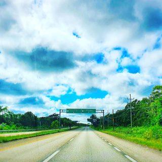 Auf dem Weg nach Tulum. Die 307 geht von Cancun bis nach Chetumal durch, dann ist man auch schon fast in Belize.🙂🙂🙂 . . . #tulummexico #tulum #derwegistdasziel #straße #ontheroad #cancunmexico #chetumal #quintanaroo #quintanaroomexico #wolkenhimmel #reiseblog #reisen #entdecken #martinasreisewelt