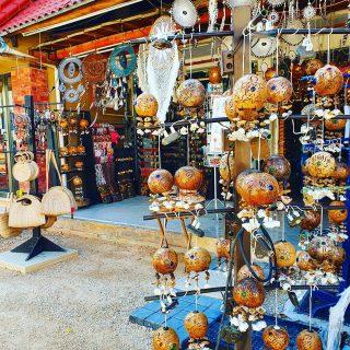 Souvenirs gibt es unzählige auf der Quinta Avenida in Playa del Carmen.🙂  Mehr Infos und Tipps findet ihr in meinem aktuellen Blogpost unter  https://martinasreisewelt.de/urlaubsziel-mexiko-playa-del-carmen-unternehmungen-und-ausflugstipps  #playadelcarmenmexico #quintaavenida #quintanaroo #souvenir #mexiko #mexico #yucatanpeninsula #urlaub #ausflugstipps  #martinasreisewelt