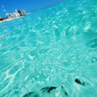 Gar nicht so einfach ein Foto zu machen, wenn die Welle kommt.🙂🙂🙂 . . . #ocean #vitaminsea #meerliebe #welle #wave #cancun #cancunmexico #cancunbeach #quintanaroomexico #beachday #beachvibes #werbungdurchverlinkung #panamajackcancun #entdecken #martinasreisewelt