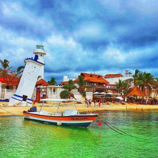 Blick vom Steg auf den schiefen Leuchtturm von Puerto Morelos, ein Wahrzeichen des Städtchens. . . . #puertomorelos #puertomorelosmexico #leuchtturm #wahrzeichen #meer #meerliebe #vitaminsea #wolkenhimmel #mexiko #mexico #ilovemexico #rivieramaya #rivieramayamexico #quintanaroo #instatravel #instagood #travelgram  #travelinspiration #martinasreisewelt