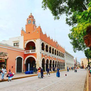 Blick auf das Rathaus in Merida. Die Straßen sind zu dem Zeitpunkt der Aufnahme für Autos gesperrt. . . . #meridayucatan #merida #yucatanpeninsula #yucatanmexico #yucatan #yucatán #rathaus #reiseblog #reisen #mexiko #mexico #martinasreisewelt