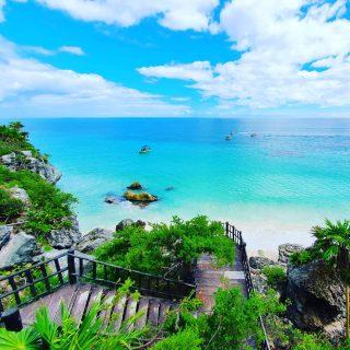 Ausblick von den Klippen in Tulum. Hier ist der Zugang über Holztreppen zum Strand. Beim Schwimmen im türkisblauen Meer könnt ihr die Ruinen sehen.😍😍😍 . . . #tulumruins #tulummexico #tulumruinas #tulum #meer #strand #beach #playa #vitaminsea #zonaarcheologica #ruinas #ruinasmayas #mayaculture #culturamaya #maya #mayaruins #instamood #reiseblog #martinasreisewelt
