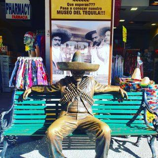 Tequila und Mexiko sind untrennbar verbunden🙂So gesehen auf der Quinta Avenida in Playa del Carmen. . Mehr Infos und Tipps zu Playa del Carmen findet ihr in meinem aktuellen Blogpost unter  https://martinasreisewelt.de/urlaubsziel-mexiko-playa-del-carmen-unternehmungen-und-ausflugstipps  Link in Bio🙂  #playadelcarmenmexico #quintanaroo #rivieramaya #yucatanpeninsula #mexiko #mexico #tequila #quintaavenida #reiseblog #reisebloggerin #reisen #martinasreisewelt