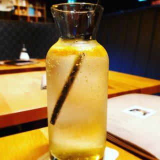 So, bis Frankfurt bin ich schon. So wird hier eine Maracuja Limonade serviert.🙂🙂🙂  #theitalianfrankfurt #frankfurtammain #schönenabend #limonade #alkoholfrei