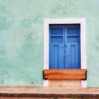 In Valladolid, Yucatan, gibt es viele bunt angestrichene Häuser mit ebenso bunten Fenstern und Türen. Von außen oft unscheinbar, verbergen sich hinter den Türen manchmal echte koloniale Schätze.🙂😍 . . . #valladolid #valladolidyucatan #yucatanpeninsula #yucatanmexico #blau #instamexico #mexikoreise #mexicomagico #mexicolindo #mexicoenunafoto #valladolidmexico #reisefotografie #reiseblog #reiseblogger_de #martinasreisewelt