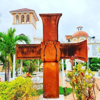 Auffälliges Kreuz vor der Kirche in Puerto Morelos. Puerto Morelos ist ein kleiner Ort zwischen Cancun und Playa del Carmen.🙂🙂🙂 . . #puertomorelos #puertomorelosmexico #kreuz #cross #cruz #rivieramaya #rivieramayamexico #kirche #entdecken  #travelinspiration #cancun #cancunmexico #playadelcarmenmexico #travelblogger #martinasreisewelt