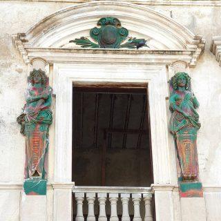 Altes Gebäude, dass von innen wohl schon restauriert wird. An der Außenfassade ist noch einiges gut erhalten. 🙂🙂🙂 . . . #meridayucatan #merida #yucatanpeninsula #yucatanmexico #yucatan #mexiko #mexico #alteshaus #stuck #instagood #instatravel #entdecken #martinasreisewelt