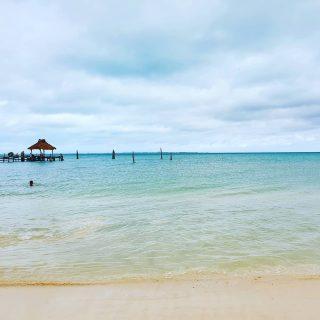 Trotz vieler Wolken schimmert das Meer türkis. Playa Tortugas, Cancun. . . . #playatortuga #playatortugas #playa #beach #strand #vitaminsea #cancun2020 #cancun #cancunmexico #mexiko #mexico #entdecken #instabeach ##reiseblog #reisebloggerin #martinasreisewelt