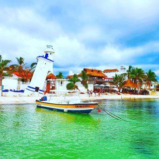 Blick vom Steg Richtung Leuchttürme und Strand. Direkt am Strand gibt es in den Restaurants frischen Fisch.🙂🙂🙂 . . . #puertomorelos #puertomorelosmexico #leuchtturm #vitaminsea #malerisch #entdecken #rivieramaya #rivieramayamexico #restaurant #travelinspiration #martinasreisewelt