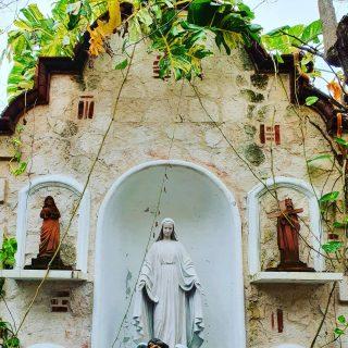"""Im """"Garten"""" der Kirche von Puerto Morelos. . . . #puertomorelos #puertomorelosmexico #rivieramayamexico #quintanaroomexico #quintanaroo #kirche #entdecken #instagood #inststravel #reisebloggerin #reiseblog #mexiko #mexikoreise #martinasreisewelt"""